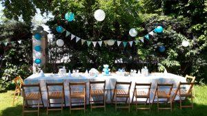 Mesa infantil con decoración en azul y blanco
