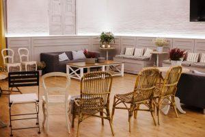 Salón de Armiñan Catering preparado para una reunión informal