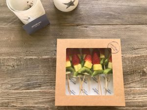 Exquisitas brochetas de fruta