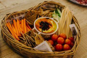Hummus con crudités y tostas - Armiñan Catering